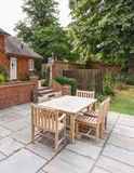 在英国房子露台的庭院家具  库存照片