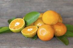 在老木地板安置的健康果子桔子 免版税图库摄影