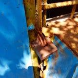 在老车库的挂锁 库存照片