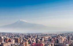 在耶烈万市的全景,与庄严阿勒山山,亚美尼亚的看法 免版税库存照片