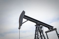 在领域中间的油泵泵浦工作油 库存图片