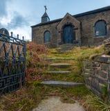 在高峰区掩藏的一个被放弃的教会,英国 免版税库存图片