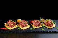 在黑板岩的食家纤巧生肉起始者 免版税库存照片