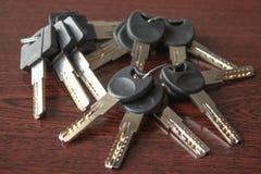 在黑暗的木背景的钥匙 免版税库存照片