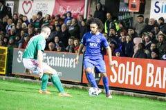 在黄柏城市FC期间的Bastien Hery对在车床工的沃特福德FC比赛发怒为爱尔兰Division总理同盟  免版税库存照片
