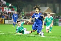 在黄柏城市FC期间的Bastien Hery对在车床工的沃特福德FC比赛发怒为爱尔兰Division总理同盟  免版税图库摄影