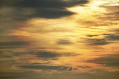 在黄昏的多云橙色天空 免版税库存照片