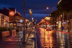 在黄昏的旧金山五颜六色的湿街道 库存图片