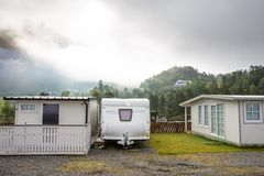在露营地的Motorhomes盖朗厄尔峡湾在挪威 概念图片 免版税库存图片