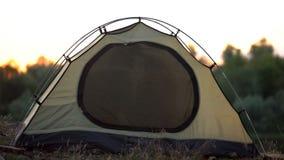在露营地设定的卡其色的色的家庭帐篷,野营的旅游设备 库存图片