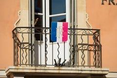 在阳台的法国旗子 库存图片