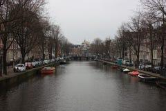 在阿姆斯特丹荷兰运河的好天气  免版税库存照片