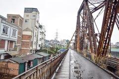 在铁路旁边的路在河内,越南 免版税图库摄影