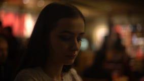 在酒吧的美好的女性开会,放松在平时,等待的朋友以后 股票视频