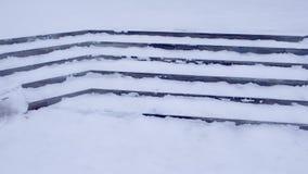 在雪的步在对大厦的入口在冬天,溜滑台阶 股票视频
