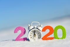 在雪的第2020年和闹钟 免版税库存照片