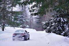 在雪道的汽车驱动 免版税库存照片