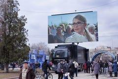 在选举前回合期间,尤利娅・季莫申科,乌克兰的总统的候选人,给Sloviansk带来了一个大流动代课教师组 免版税图库摄影