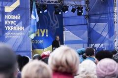 在选举前游览框架里在Sloviansk,总统候选人尤利娅・季莫申科 库存照片