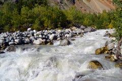 在途中的山河对Chalaadi冰川 免版税库存图片