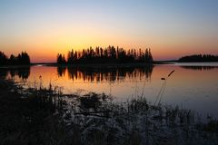 在Astokin湖,麋鹿岛国家公园,阿尔伯塔的五颜六色的日落 免版税库存图片