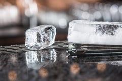 在barcounter的冰块在夜总会或餐馆 图库摄影