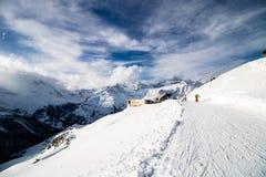 在Blauherd山驻地,策马特,瑞士附近的雪路 免版税库存照片