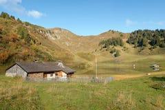 在Bretaye湖附近的木瑞士山中的牧人小屋在瑞士 免版税库存图片