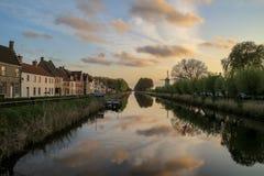在Damse Vaart运河的美丽如画的看法在达默村庄在布鲁日附近的 免版税库存图片