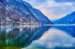 在Hallstattersee湖,萨尔茨卡默古特,奥地利附近的山 免版税图库摄影