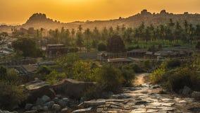 在hampi karnakata印度的Achyutaraya寺庙在与多云天空和有雾的神秘主义者的日出 免版税库存照片