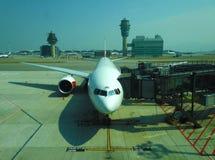 在HKIA等待的乘客停放的飞机上 免版税库存照片