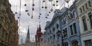 在Nikolskaya街道上的光照明 库存图片