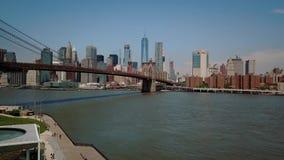 在NY的布鲁克林大桥 蓝色上色地区财务摩天大楼 曼哈顿电影天线 寄生虫上升的射击飞行 影视素材