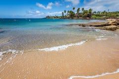 在Poipu海滩的安静浪潮在考艾岛 免版税库存照片