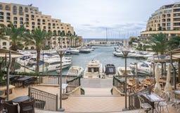 在Portomaso海湾的全景与伟大的大厦、游艇和旅馆 免版税库存图片