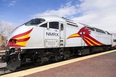 在railyard驻地有特别红色和黄色跑腿者鸟设计的路轨赛跑者明确引擎停放的, 免版税库存图片