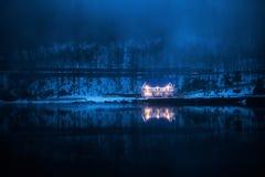 在Ritsa湖的冬天村庄阿布哈兹山的  免版税库存照片