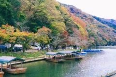 在riverin Arashiyama京都日本的美丽的小船 库存照片