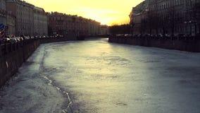 在Sankt Peterburg,冬天天气和冻运河的日落 影视素材