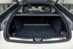 在SUV斜背式的汽车的身体的白色行李空间有开放后门和内部的 免版税库存照片