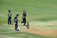 在T20蟋蟀比赛印多尔的Yuvraj Singh保龄球 免版税库存照片