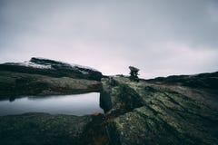 在Trolltunga远足的凉快的岩石 图库摄影