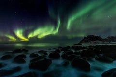 在Utakleiv海滩的北极光在罗弗敦群岛海岛上 免版税库存图片