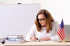 在whiteboard前面的女性英语语言语文教员 库存图片