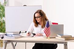 在whiteboard前面的女性英语语言语文教员 库存照片