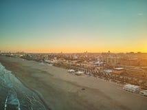 地平线的鸟瞰图在日落的从Malvarrosa海滩在巴伦西亚 西班牙 免版税库存图片