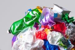 地球的地球与垃圾的在白色背景,生态问题的概念 库存照片