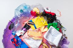 地球的地球与垃圾的在白色背景,生态问题的概念 免版税库存照片