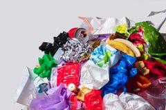 地球的地球与垃圾的在白色背景,生态问题的概念 库存图片